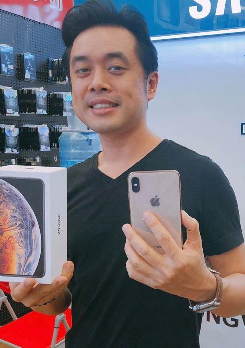 Dương Khắc Linh cũng trực tiếp ra cửa hàng quen để rước một em iPhone phiên bản mới nhất về nhà.
