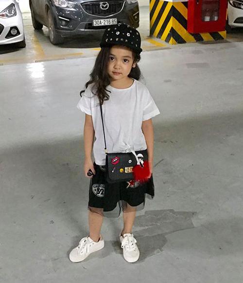 Phụ kiện đi kèm như túi xách, kính râm... cũng được cô nhóc rất đầu tư để ăn rơ với mọi bộ trang phục.
