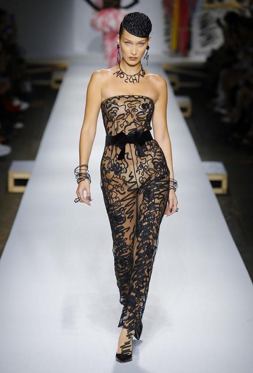 Bella catwalk tại show Moschino.