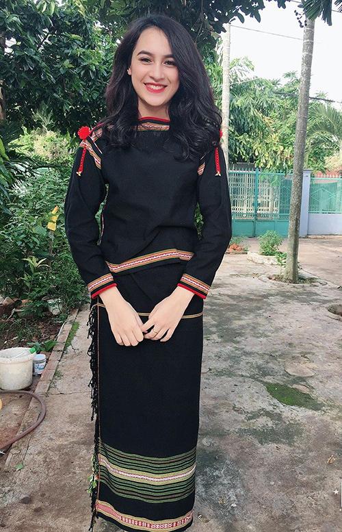 Cô bạn tự hào mình sinh ra và lớn lên ở buôn làng. Nét xinh đẹp của H Duyên Bkrông trong trang phục truyền thống.