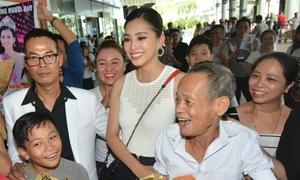 Trần Tiểu Vy bật khóc tại sân bay khi nhiều người vây quanh chào đón