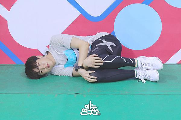 Các fan bật cười vì dáng nằm của Kim Dong Han.