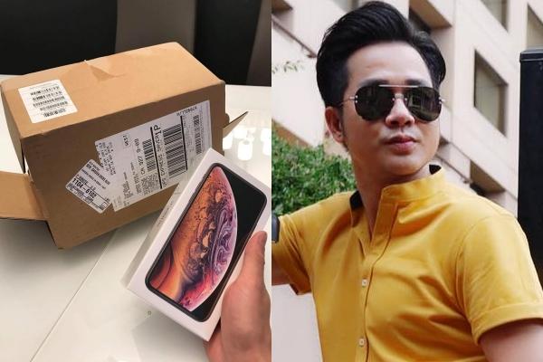Ca sĩ Quách Tuấn Du cũng khoe đập hộp iPhone Xs Gold đặt mua từ Mỹ.