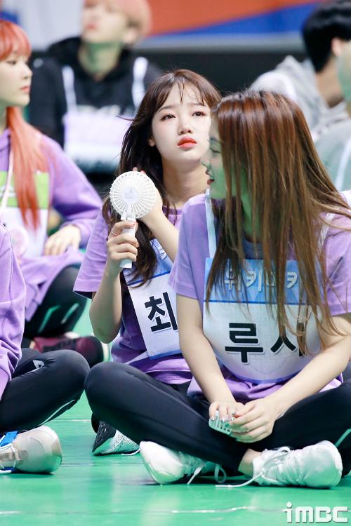 Yoo Jung (Weki Meki) xua tan cái nóng bức khi ngồi theo dõi các đợt thi đấu.