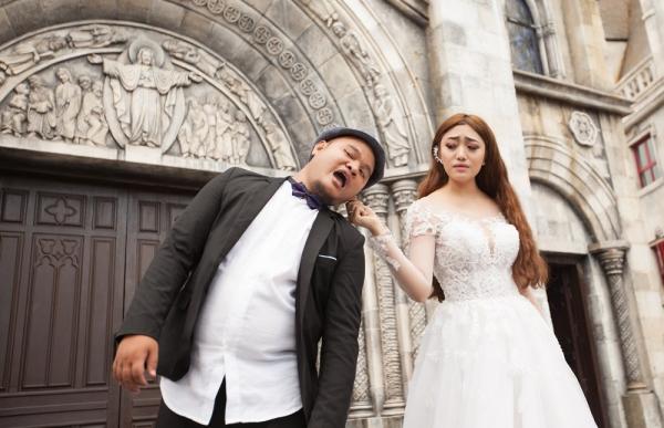 Cô dâu - chú rể diễn lại cảnh ghen tuông trong bộ ảnh cưới kỷ niệm. Sau gần một năm kết hôn, hiện cả hai có cuộc sống hạnh phúc.