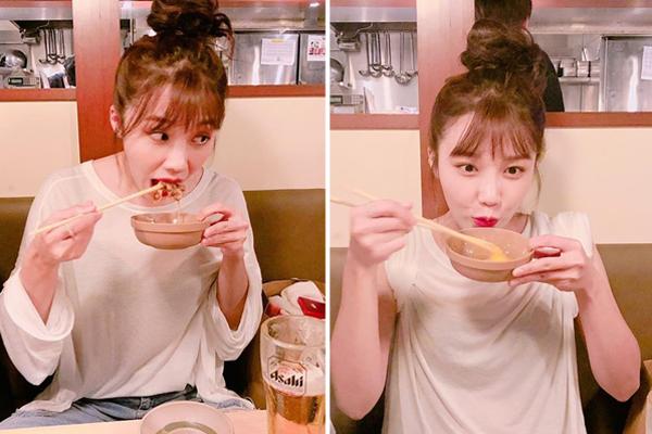 Eun Ji lộ vẻ ham ăn chẳng màng hình tượng, xắn cả hai tay áo lên ăn cho thoải mái.