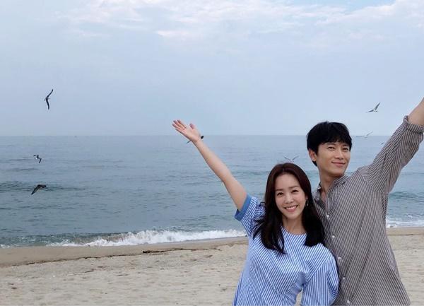 Cặp đôi Knowing Wife Han Ji Min và Ji Sung rạng rỡ chụp ảnh kỷ niệm khi kết thúc quay phim.