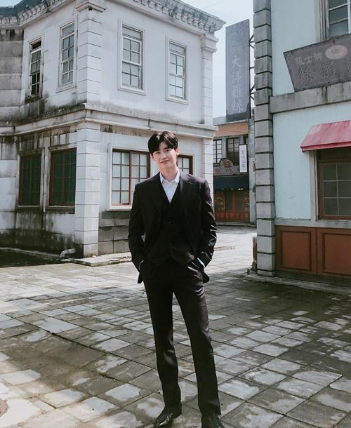 Lee Jong Suk đóng bộ vest khoe vóc dáng cao ráo, cặp chân dài chuẩn mẫu.
