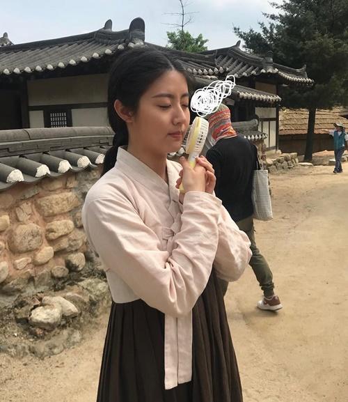 Gái quê + ế Nam Ji Hyun dí quạt sát mặt cho mát trên trường quay 100 days my prince.