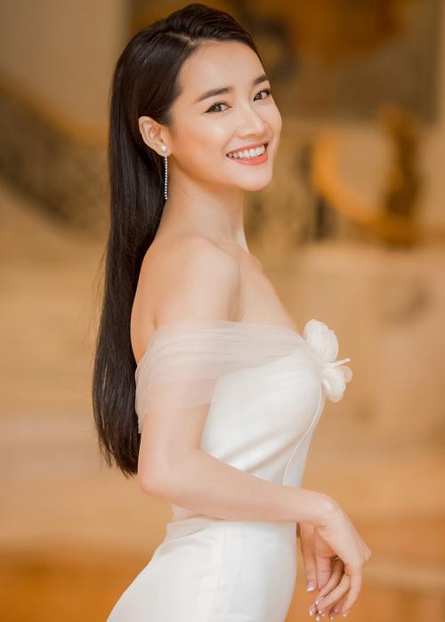 Vốn gắn liền với trang phục có sắc trắng nên kiểu makeup trong veo, hiền hòa này cũng rất phù hợp với Nhã Phương.