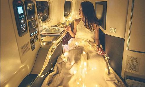 Cô gái bị chế nhạo khi pose hình sang chảnh trên máy bay
