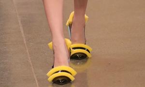 Giày làm từ mút rửa bát giá 20 triệu vẫn khiến người ta tranh nhau mua