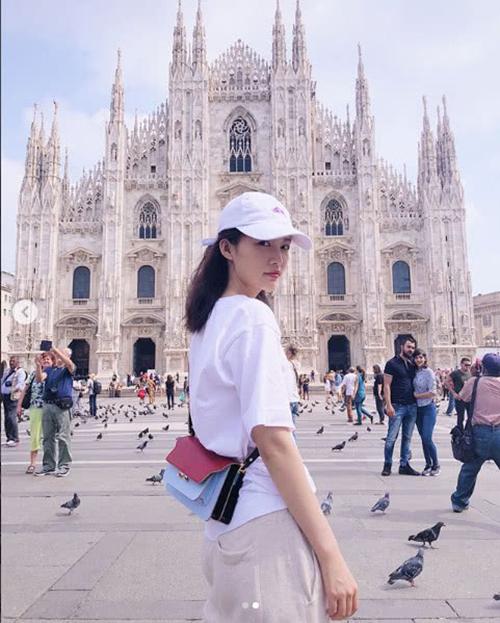 Một bức ảnh check in ở Milan khiến Lý Thấm vướng tin đồn tình cảm.