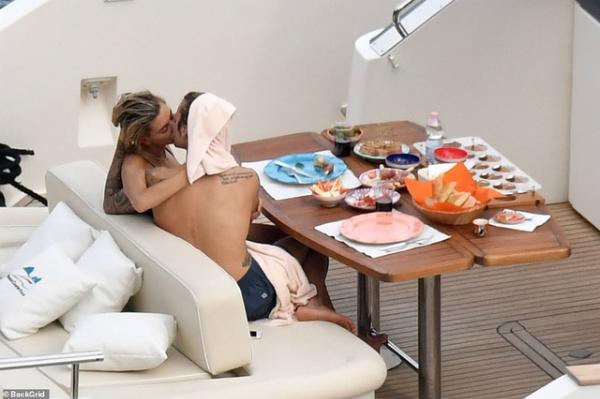 Justin và Hailey hôn đắm đuối trên du thuyền tại Italy ngày 21/9. Ảnh: Backgrid