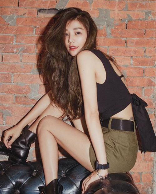 Nhà thiết kế U50 có chiều cao, thân hình chẳng thua người mẫu, vì thế cô rất thích diện các kiểu đồ gợi cảm, tôn lên vóc dáng như quần shorts, áo hở lưng, hững hờ vòng một...