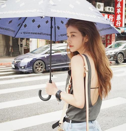 Nhiều người ngỡ ngàng khi Lure Hsu tiết lộ tuổi thật, kể từ đó lượng người theo dõi trên mạng xã hội của cô cũng tăng vùn vụt. Hiện tại nhà thiết kế 7x thu hút hơn 750 nghìn người theo dõi trên Instagram.