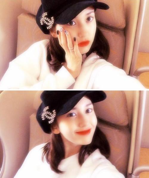 Jeon Somi chụp ảnh style mộng ảo trên máy bay.