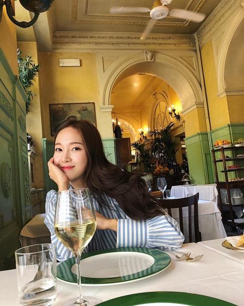 Jessica hưởng thụ cuộc sống với những bữa ăn nhà hàng sang chảnh từ Âu sang Mỹ.