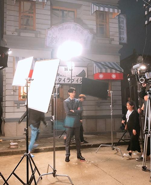 Lee Jong Suk khoanh tay đứng hiên ngang như một vị thần trên trường quay.