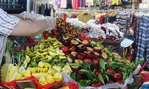 Cuối tuần ghé chợ đêm phố cổ, ăn vặt đủ 'một tour'