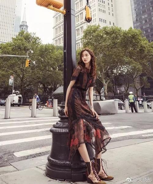 Khi chia sẻ ảnh dự show diễn thời trang của hãng Coach trong khuôn khổ New York Fashion Week ngày 12/9, Quan Hiểu Đồng bị netizen Trung Quốc phát hiện kéo chân quá lố, riêng phần chân đã dài gấp 3 thân mình của cô nàng. Trông như người dây, không tự nhiên tẹo nào, một người dùng mạng bình luận.