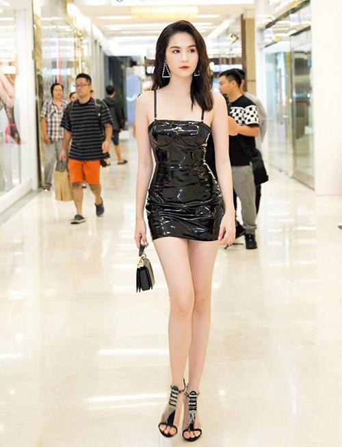 Thời gian gần đây, Ngọc Trinh dành nhiều ưu ái cho mẫu váy hai dây đen ngắn cũn đến ngang đùi, bó sát cơ thể. Trang phục kiệm vải này giúp Ngọc Trinh khoe được làn da trắng và vóc dáng nuột nà.