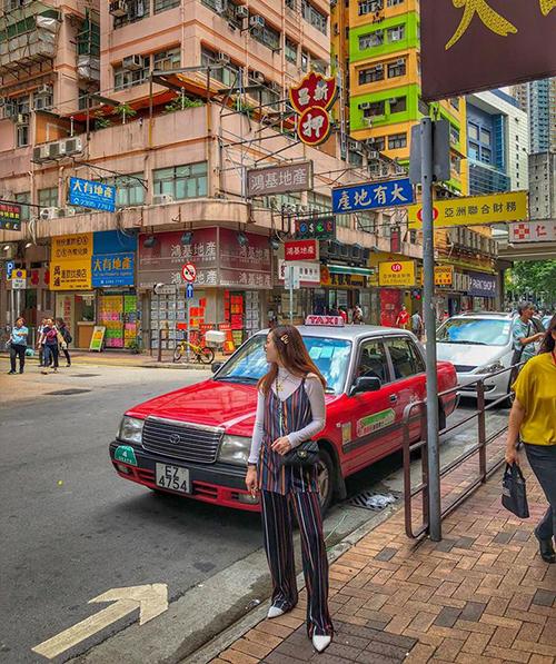 Yến Nhi lên đồ rực rỡ để tông xuyệt tông với khung cảnh đường phố Hong Kong ngập tràn sắc màu.