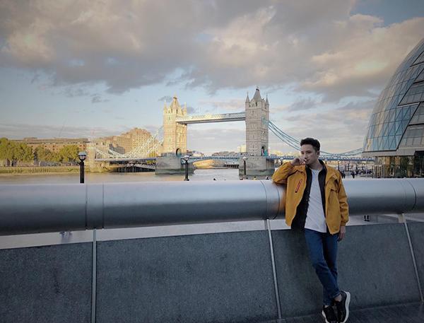 Phan Mạnh Quỳnh bảnh bao ở London.