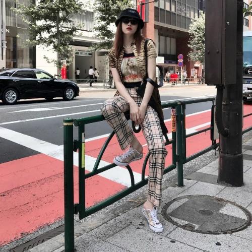 Thiều Bảo Trâm yêu thích kiểu áo khoác họa tiết ngựa vằn. Cô mix món đồ này cùng quần Burberry, giày sneakers và kính mắt thời thượng.