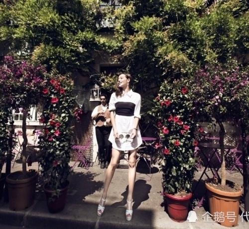 Trương Gia Nghê cũng chỉ cao hơn 1,6m một chút nhưng lại có đôi chân dài gấp đôi người trong bức ảnh này. Ống chân dài đến có chút hơi thiếu tự nhiên khiến nữ diễn viên bị nghi dùng photoshop.
