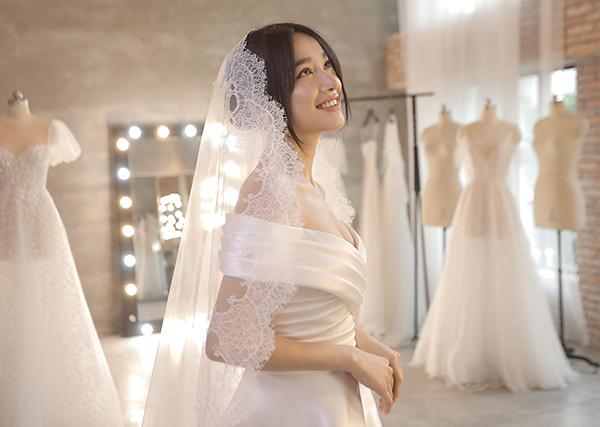 Nhã Phương xinh như nàng thơ, khoe vòng một nóng bỏng trong bộ váy cưới thứ hai - 1
