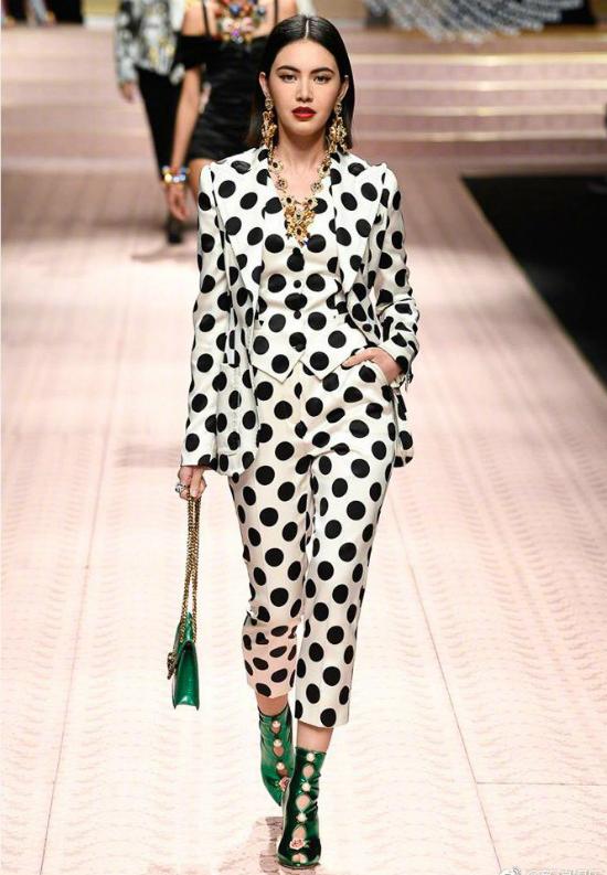 Người mẫu Thái Lan Mai Davika diện suit sang chảnh trong show Dolce & Gabbana.