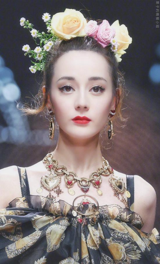 Địch Lệ Nhiệt Ba được ví nữ thần, Jessica bị bắt lỗi make up tại show Dolce & Gabbana - 1