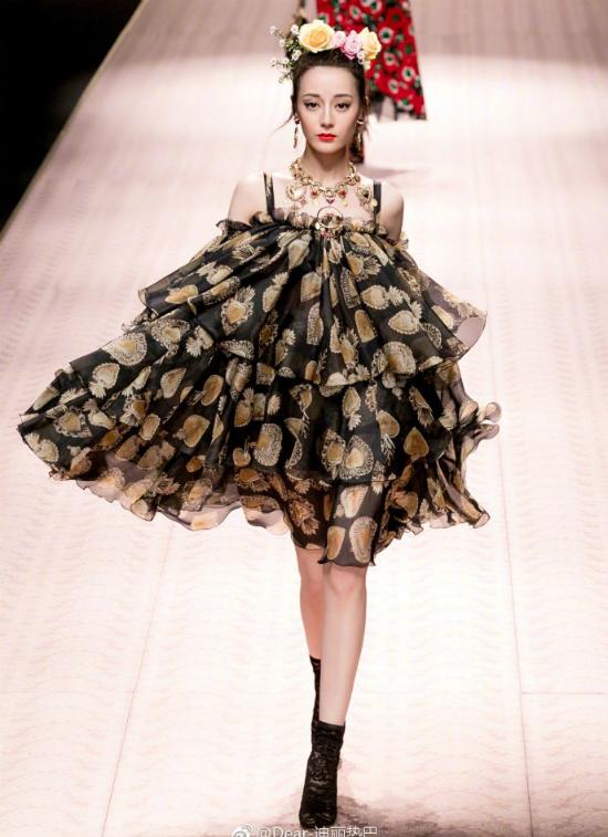 Địch Lệ Nhiệt Ba được ví nữ thần, Jessica bị bắt lỗi make up tại show Dolce & Gabbana