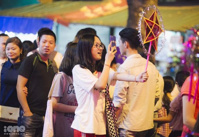 <p> Mỗi năm cứ đến dịp Tết Trung thu là những con phố lồng đèn ở Hà Nội lại nhộn nhịp hẳn lên. Nhiều người chọn đến đây để dạo chơi hay đơn giản chỉ để lưu giữ những bức ảnh thật đẹp với những chiếc lồng đèn lung linh.</p>