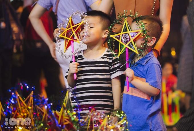 <p> Đèn ông sao là đồ chơi không thể thiếu cho các bé mỗi dịp Trung thu đến.</p>
