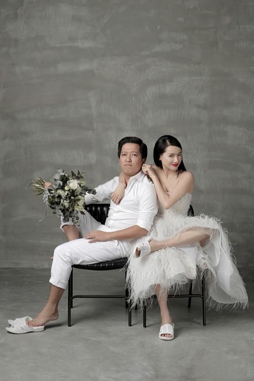 Trong bộ ảnh tung ra trước ngày cưới (25/9), Trường Giang - Nhã Phương gây chú ý với đạo cụ dép tổ ong.