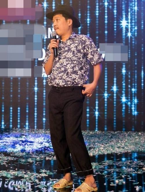Ngay cả khi lên sân khấu, dép tổ ông là đạo cụ, trang phục hoàn chỉnh cho bộ trang phục dân dã.