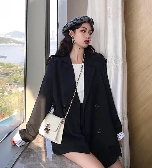 Muốn có diện mạo đáng yêu như các cô gái Hàn Quốc, bạn hãy kết hợp blazer với chân váy hoặc quần shorts cùng tông. Đóng bộ cả cây thế này cũng là xu hướng được các cô gái Việt yêu thích trong những ngày sang thu.