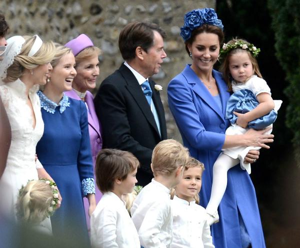 Charlotte và George lại chiếm sóng khi dự đám cưới cùng Công nương Kate - 1