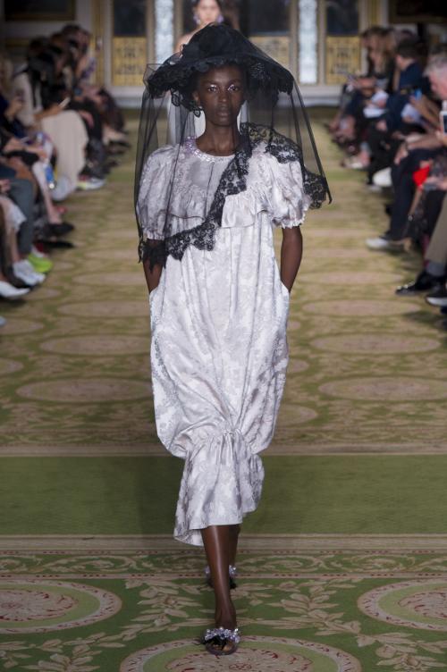Tại London Fashion Week,thương hiệuSimone Rocha đã trình làngBTS Xuân/Hè 2019. Gây ấn tượng với khán giả là những chiếc mũ đội đầu có mạng che mặt với đủ kiểu dáng, màu sắc.