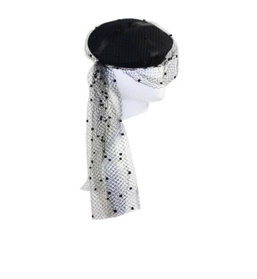 Chiếc mũ kèm mạng che mặt của Chanel này có giá 1950 USD.