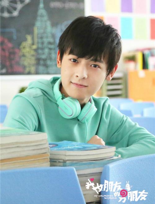 Bạch Chú là nam diễn viên trẻ có ngoại hình điển trai.