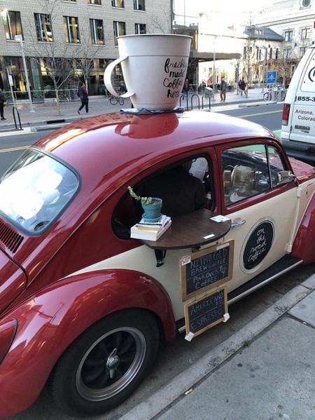 Một quán cà phê xinh xắn được làm dựng nên từ một chiếc Beetle. Một người đã bình luận bên dưới bức ảnh: Quả là một ý tưởng độc đáo. Ước gì thị trấn của chúng tôi cũng có một quán.