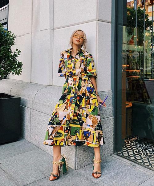 Chi Pu chứng minh sự lên ngôi của xu hướng họa tiết sặc sỡ vào mùa thu đông năm nay với chiếc váy mẫu mới của Burberry và đôi cao gót tông xuyệt tông.
