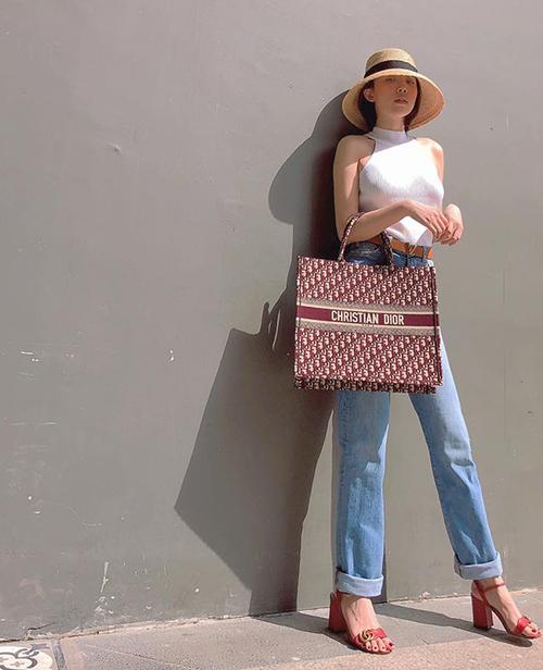 Bộ cánh đơn giản của Tóc Tiên được tạo điểm nhấn bằng chiếc túi Dior cỡ đại, họa tiết lạ mắt.