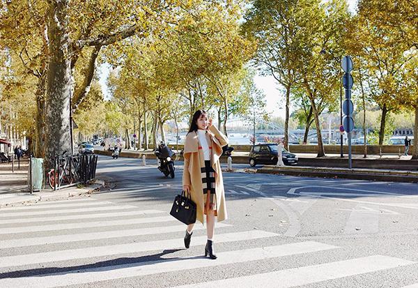 Kiều Trinh diện cây hàng hiệu trăm triệu tản bộ trên đường phố Paris.