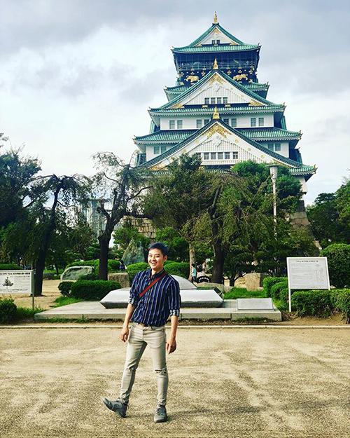 Thanh Duy tận hưởng không khí mát mẻ chiều thu ở Osaka, Nhật Bản.