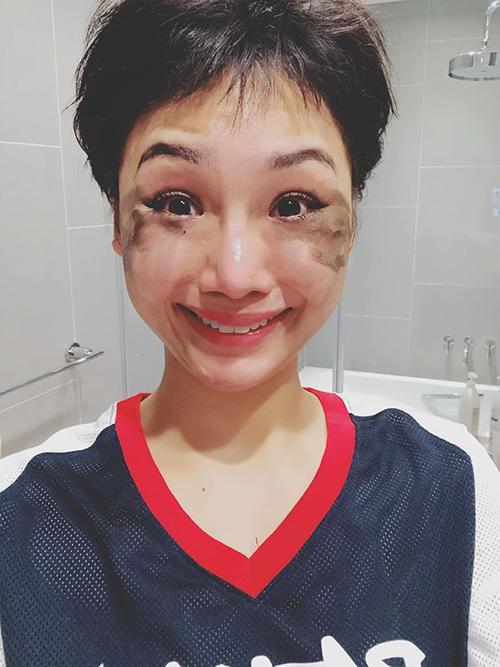 Miu Lê khiến fan cười nghiêng ngả vì không ngại tự dìm hàng bằng khoảnh khắc mặt lấm lem lúc đang tẩy trang dở.