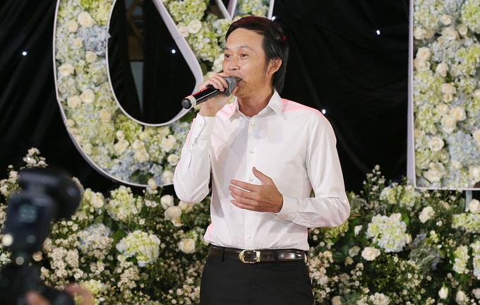 <p> Hoài Linh còn hát tặng khách mời và cô dâu - chú rể.</p>